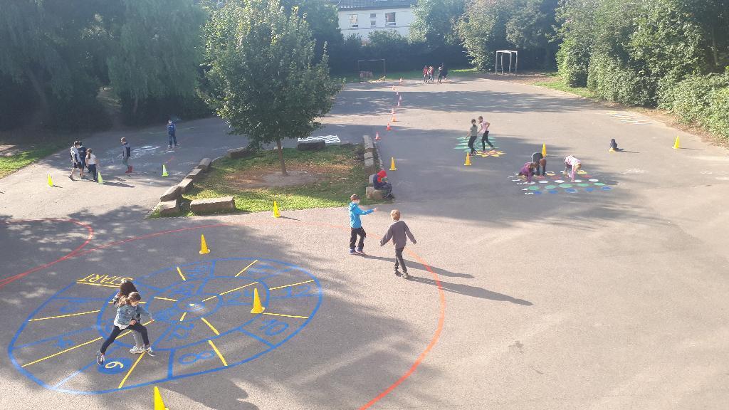 Kinder auf dem neu gestalteten Schulhof