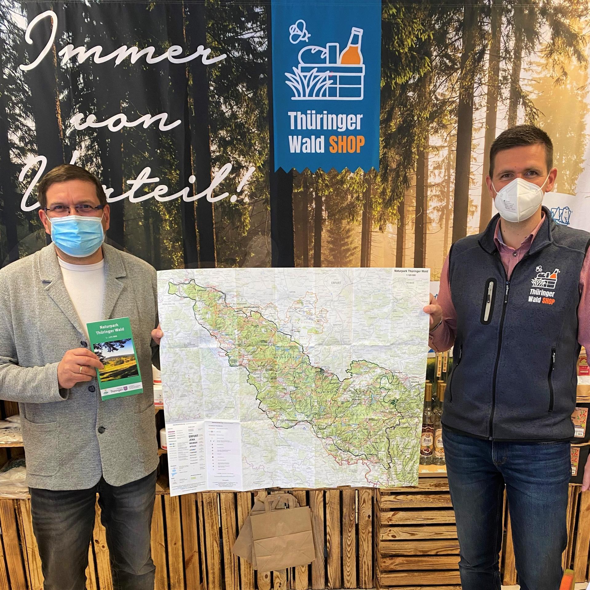 Bürgermeister Uwe Scheler und Geschäftsführer Jörg Seifert zeigen die neue Übersichtskarte