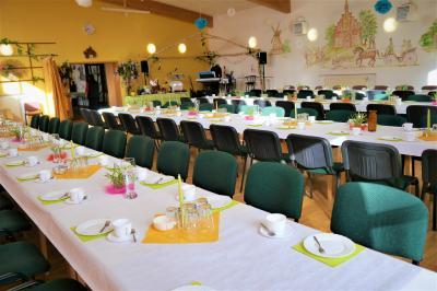 Der Saal im Dorfgemeinschaftshaus ist für die Frauentagsfeier eingedeckt