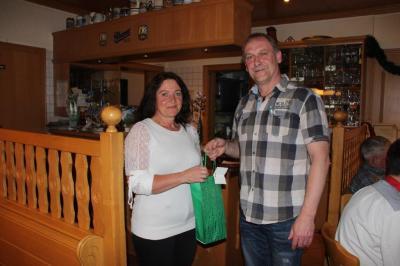 Abteilungsleiter Christian Graf mit Brigitte Ermel