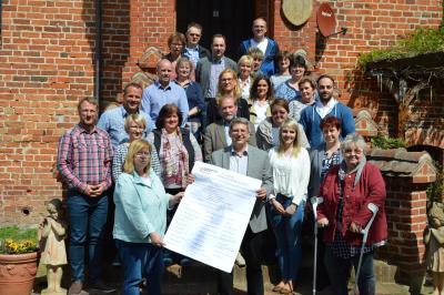Die Bündnispartner des Wittenberger Bündnisses für Familie mit der neuunterzeichneten Gründungsurkunde I Foto: Martin Ferch