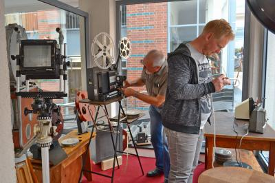 M. Gauer (im Vordergrund) und R. Labahn beim Aufbauen der Geräte