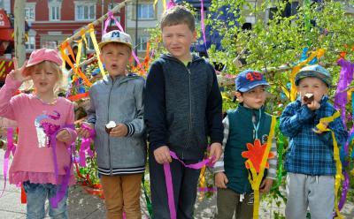 """Kinder der Kita """"Schlaufüchse"""" schmückten die Birke vor dem Kultur- und Festspielhaus I Foto: Martin Ferch"""