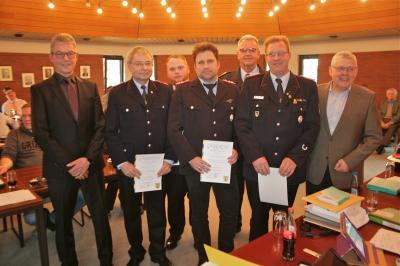 v.r.n.l.: Samtgemeindebürgermeister Rüdiger Fricke, Matthias Liebhart, Sascha Höft, Axel Bäthge, 1. stv. GemeindebrandmeisterGunnar Schuchmann, Arne Lerch, Fachbereichsleiter Uwe Wehke