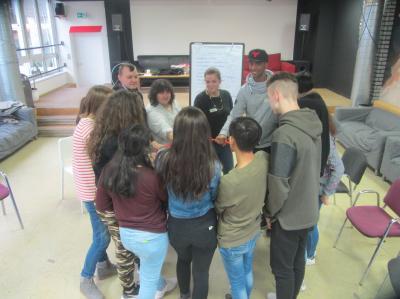 Schüler*innen einer achten Hauptschulklasse der Werner-von-Siemens-Schule trainierten vor den Osterferien im Rahmen einer Projektwoche Sozialkompetenz und Kommunikationsfähigkeit.