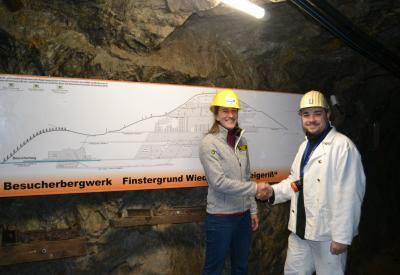 Bernadette Ulsamer von der Geschäftsstelle des Biosphärengebiets gratuliert Clemens Jäger vom Bergmannsverein zu den neuen Schautafeln im Besucherbergwerk. Bild: P. Berger