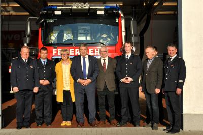 Foto zur Meldung: Innenminister Lorenz Caffier übergibt Fördermittelzusage an FFW Bad Sülze