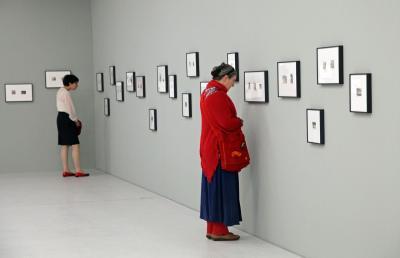https://pixabay.com/de/person-frau-bilderausstellung-663301/