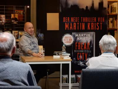 Stadt Perleberg | Marcel Feige alias Martin Krist in einer Diskussion mit den Zuhörern