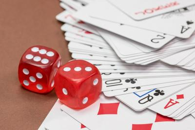 https://pixabay.com/de/photos/w%C3%BCrfel-gl%C3%BCcksspiel-kartenspiel-570704/