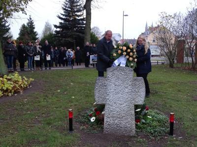 Vorschaubild zur Meldung: Kranzniederlegung zum Gedenken an die Beendigung des Zweiten Weltkrieges