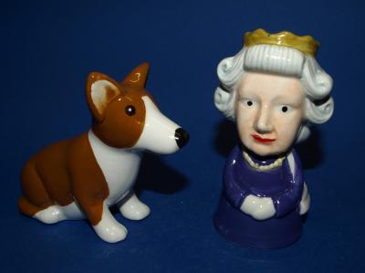 Der Museumshof ist auf der Suche nach Salzstreuern: Das Beispiel zeigt Queen Mary mit Corgy (Manufaktur unbekannt, Steingut) (Copyright: Markgrafscher Hof)