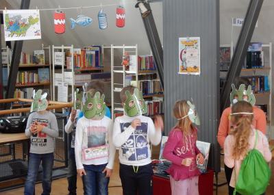 Stadt Perleberg   Kinder der 1. und 2. Klasse bei der Olchi-Rallye