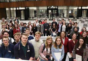 Schüler im Landtag mit Landtagspräsidentin Dr. Andretta