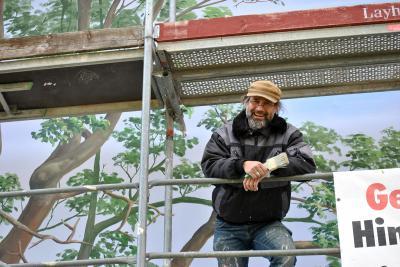 Vorschaubild zur Meldung: Dank des Malers Lutz Bohmann erstrahlt die Fassade am Markt in neuem Glanz