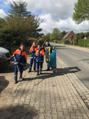 """Vorschaubild zur Meldung: Feuerwehr Lüllau unterstützt Aktion """"Sauberes Dorf"""""""