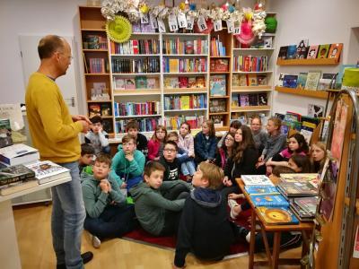 Vorschaubild zur Meldung: Welttag des Buches 2019 – Klasse 5b besucht Buchhandlung Schaefer in Diez