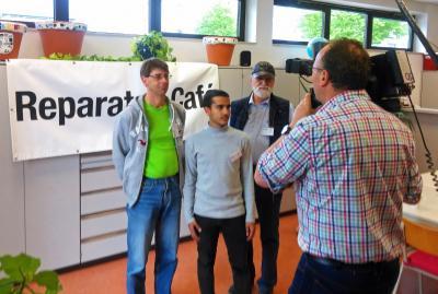 """Freiwillige des Reparatur-Teams bei den Drehaufnahmen vom Hessischen Rundfunk. Die Sendung zum Thema """"Nachhaltigkeit"""" wird am 22. Mai ausgestrahlt."""