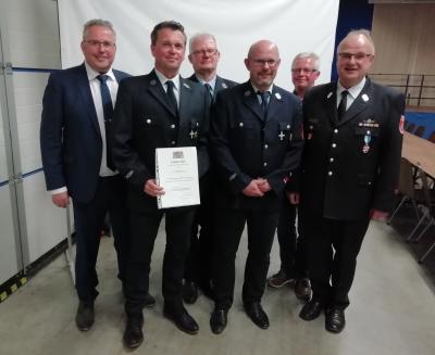 Bild von links: Erster Bürgermeister Stefan Busch, Jürgen Gutmann, Norbert Honheiser, Rüdiger Strobel, Harald Fraas, Kreisbrandmeister Thomas Popp