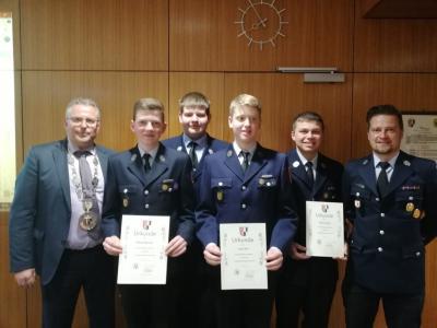 Bild von links: Erster Bürgermeister Stefan Busch, Fabian Meixner, Kevin Püttner, Lukas Eck, Tobias Langer und Feuerwehr-Jugendwart André Gärtner.