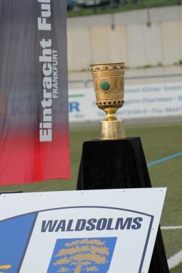 Vorschaubild zur Meldung: Die SG Waldsolms präsentierte den DFB-Pokal