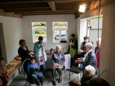 Foto zur Meldung: 2. Probebacken an der Nazzaer Heimatstube