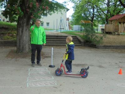 Vorschaubild zur Meldung: Besuch der Deutschen Verkehrswacht im Kindergarten Pfarracker