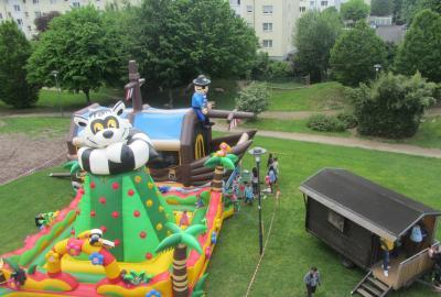 Der Kinder- und Jugendclub in Maintal-Dörnigheim veranstaltet am Sonntag, 26. Mai, erneut ein großes Spielfest im und rund um das Brüder-Schönfeld-Haus (Ascher Straße 62).