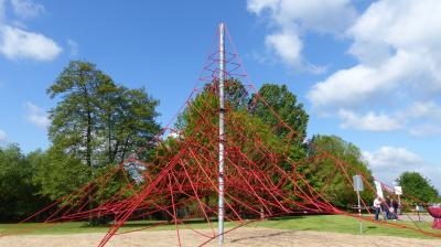 Mit dem Seilzirkus in luftige Höhen: Maintalbad investiert in neun Meter hohes Klettergerüst auf der Liegewiese