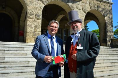 Bürgermeister Dr. Oliver Hermann dankte Jürgen Schmidt für sein langjähriges Engagement als Stadtführer in Wittenberge I Foto: Martin Ferch