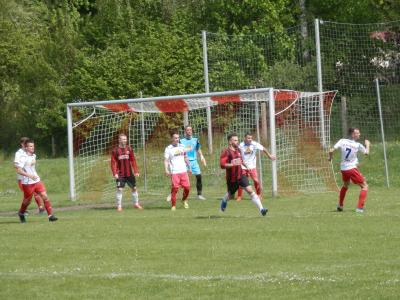 Die Hintermannschaft des FC Seenland hier mit Mannschaftskapitän Toni Ihde (m), links neben ihm Gästetorschütze Andre Grenz (17), stand völlig neu zusammengestellt recht ordentlich.