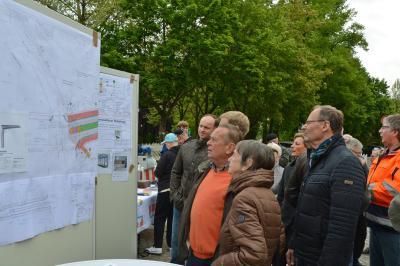 Groß war das Interesse der Pritzwalker an der Planung und den Bauablauf. Fragen der Besucher wurden von Fachleuten beantwortet. Foto: Hans-Werner Boddin