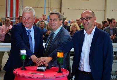 Die Austrotherm-Geschäftsführer Lars Peter (l.) und Alexander Sinner (r.) nahmen die neue Produktionsanlage mit Bürgermeister Dr. Oliver Hermann in Betrieb I Foto: Martin Ferch