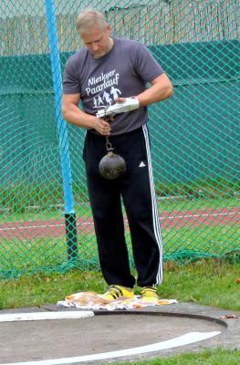 Äußerst konzentriert geht Heiko Sandig an die Vorbereitung des Wurfes mit dem 15,88 kg Gerät