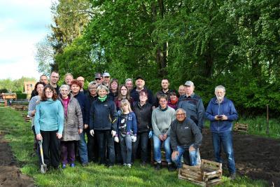 Vorschaubild zur Meldung: Danke an alle Helfer beim Dahlienpflanzen im Rosengarten!