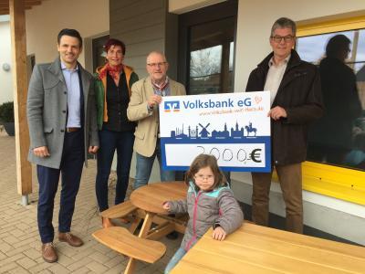 Nils Warnecke, Volksbank Wolfenbüttel, Kitaleiterin Nicole Kindler, Herbert Groenke und Samtgemeindebürgermeister Rüdiger Fricke.