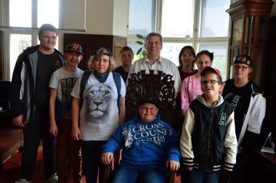 Die Kinder der Albert-Schweitzer-Schule wurden von Bürgermeister Dr. Oliver Hermann begrüßt I Foto: Martin Ferch