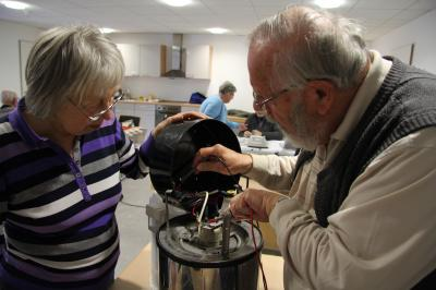 Karlheinz Schulz und Ilse Kambach reparieren gemeinsam den Gastro-Kaffee-Automaten