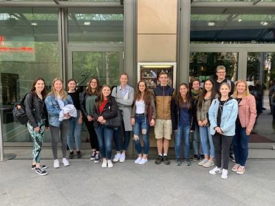 Gruppenfoto des Leistungskurses Englisch der MSS 12 vor dem English Theatre in Frankfurt