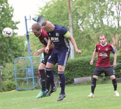 Die Szene täuscht: Von einem Kopf- an Kopf-Duell konnte im Bezirksliga-Derby keine Rede sein, Germania Walsrode (Mitte Kapitän Dennis Lawitzki) ging gegen den SV Lindwedel-Hope (li. Julian Thomas) nach enttäuschender Vorstellung 0:5 unter. tk (2)