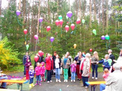 Foto zur Meldung: Luftballons beim Freiluftgottesdienst zu Himmelfahrt in der Försterei Niemegk