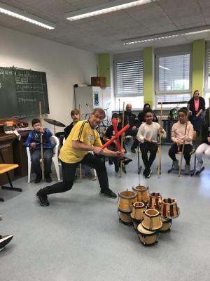 """W. Silzer animiert Schüler und Gäste mit dem """"Stomp"""""""