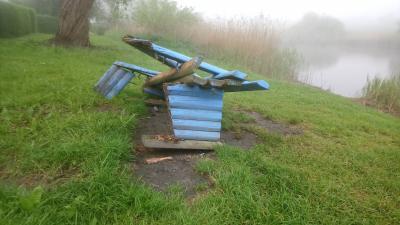 Vorschaubild zur Meldung: Jugendliche Rowdys zerstören Bank am Angelteich in Neuendorf