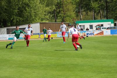 Oft genug musste Warin II Spieler an das Landesliga Team abstellen. Hier sind gleich fünf Akteure der Zweiten in der Landesligapartie beim FC Schönberg im Einsatz. In der Mitte der erfolgreichste Torschütze des Wariner Kreisligisten Sebastian Koppe (23 Tore).