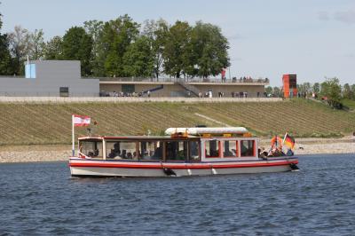 Fahrgastschiff vor dem Weinberg und den IBA Terrassen S. Rasche