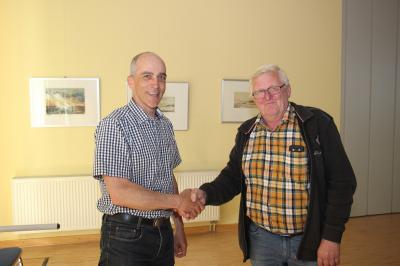 Von links: Bürgermeister Holger Weiß und der neuer Gemeindevertreter Manfred Kühne