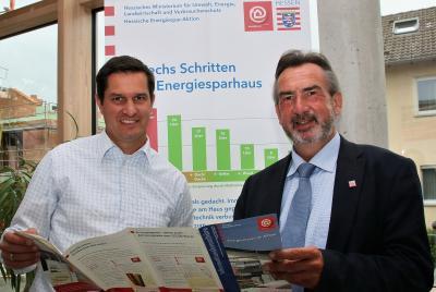 Bürgermeister Jan Fischer und Klaus Fey (HESA) anlässlich Aktualisierung HESA-Dauerausstellung © Hessische Energiesparaktion