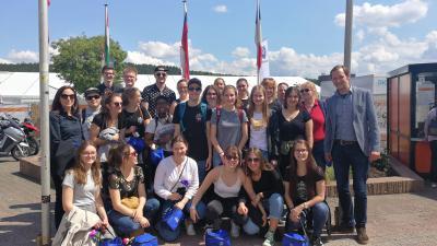 Die Schülerinnen und Schüler aus Kanada mit Ortsvorsteherin Susanne Mainka und Nikolai Kailing vom Stadtmarketing der Stadt Wächtersbach bei der Begrüßung auf der Messe Wächtersbach.