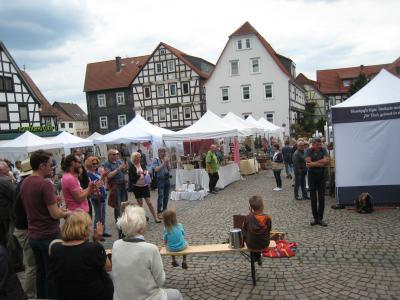 Coolumbus und das Markttreiben auf dem Kunsthandwerkermarkt in der Wächtersbacher Altstadt