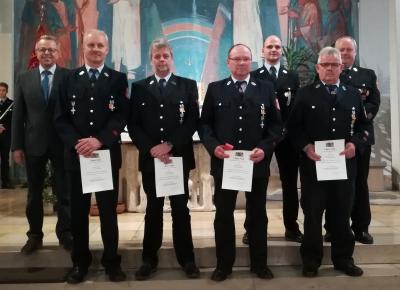 Foto zur Meldung: FFW Schönderling ehrt langjährige Feuerwehrkameraden
